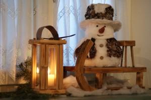 Weihnachtliche Dekoration: Schneemann am Schlitten